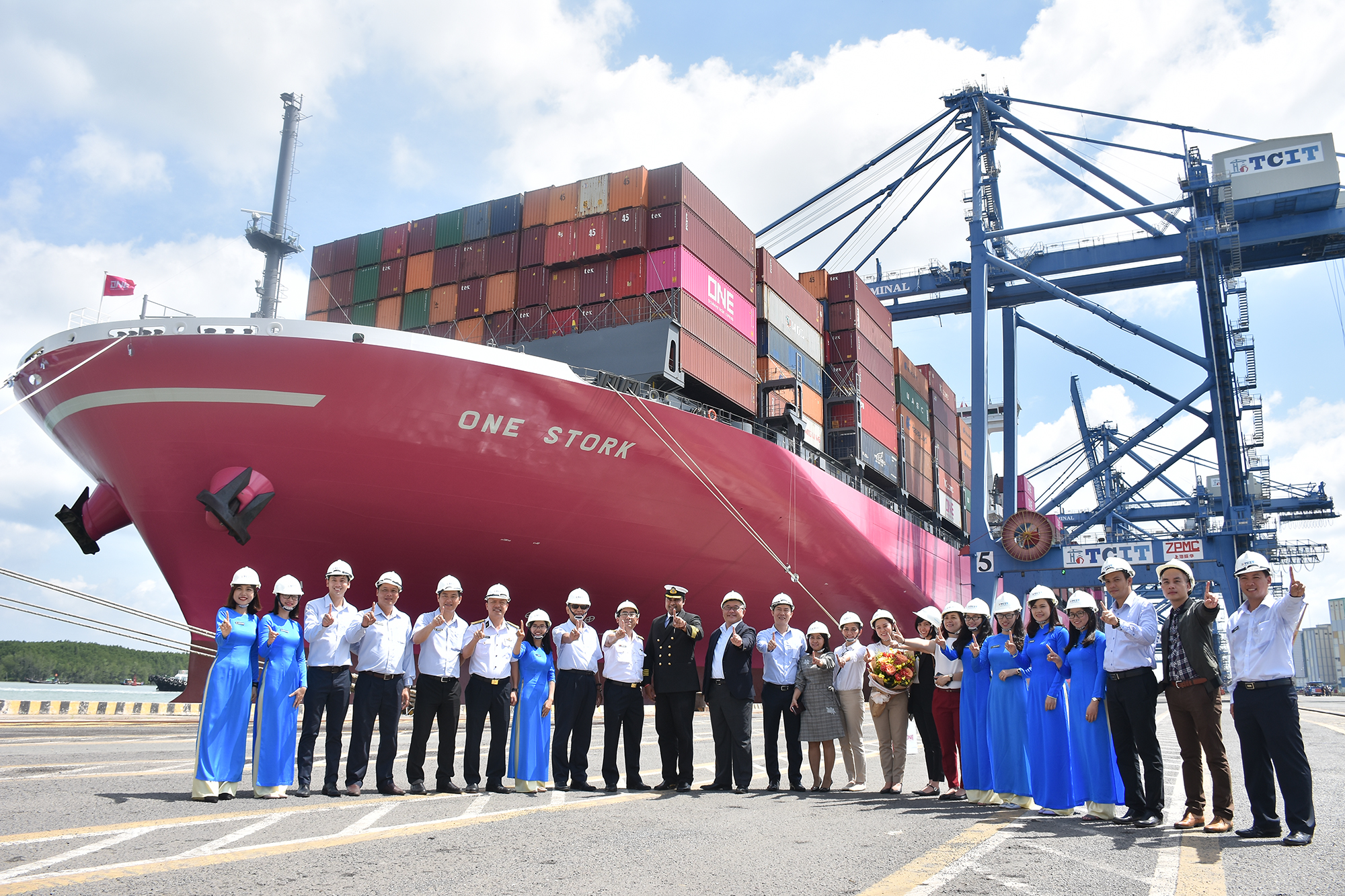 Tan Cang - Cai Mep International Terminal (TCIT) successfully welcomes maiden call of ONE STORK - the first newly built magenta containership